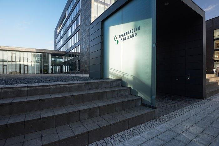 Sparekassen Sjællands hovedsæde finder du på Isefjords Alle i Holbæk